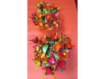 Bouquet de fleurs avec des boîtes à œufs