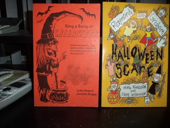 SING A SONG OF HALLOWEEN    HALLOW SCARE      (set of 2)