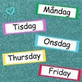 Skyltar veckodagar, på svenska och engelska